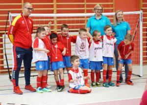futsal, zdjęcie dzieci wstrojach zawodników wraz zzespołem Ortomedicum Gliwice