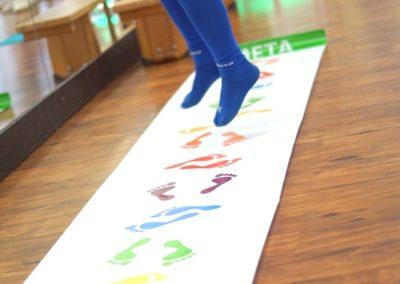 badanie stóp udzieci wczasie zabawy